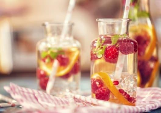 Направете си детоксикираща напитка от портокал и малини - изображение