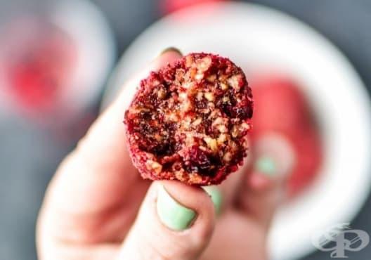 Направете си енергийни бонбони от орехи, ягоди и червени боровинки - изображение