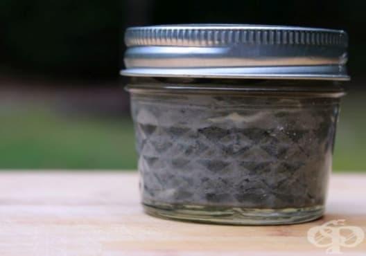 Направете си избелваща паста за зъби от бентонит, кокос и активен въглен - изображение