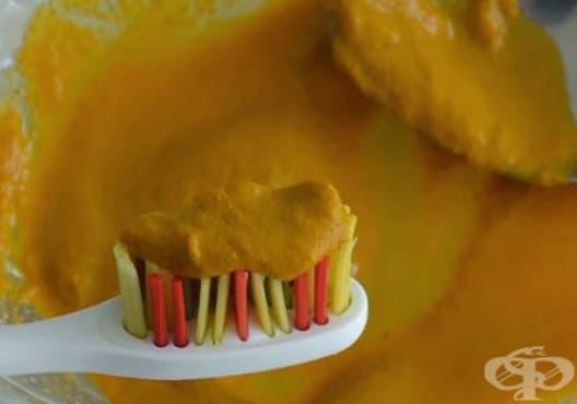 Направете си избелваща паста за зъби от кокос, куркума и карамфил - изображение