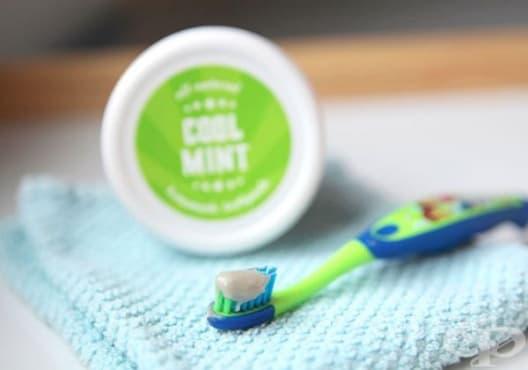 Направете си избелваща паста за зъби от мента, кокос и бентонит - изображение