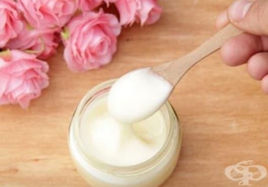 Направете си подмладяваща маска от кисело мляко, розова вода и витамин Е - изображение