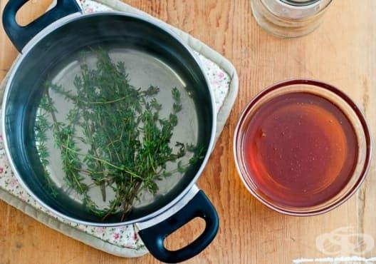 Направете си сироп против кашлица от мед, риган и мащерка - изображение