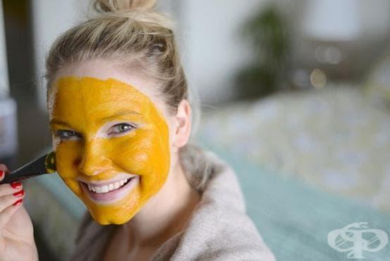 Направете си стягаща маска за кожата от куркума - изображение