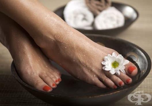 Направете си вана против уморени крака от морска сол - изображение