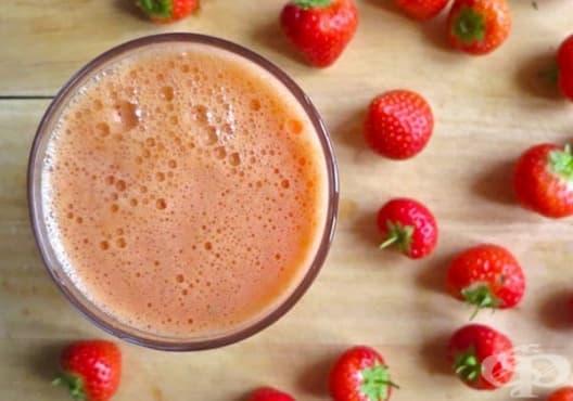 Направете си детоксикираща напитка от ябълка, морков и ягоди - изображение