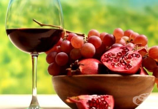 Направете кожата си гладка и сияйна с маска от вино, нар, розова глина и мед     - изображение