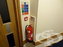 Насочете струята на пожарогасителя към основата на огъня, а не към пламъците - изображение