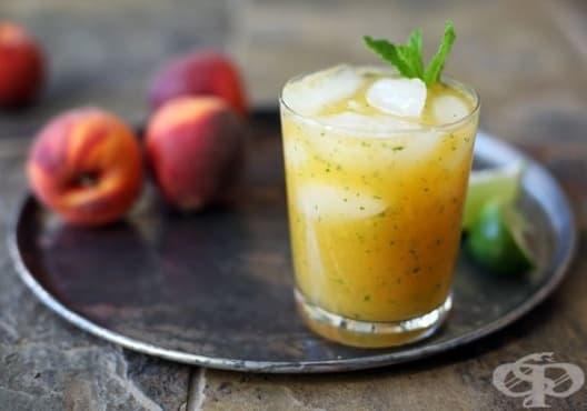 Облекчете безсънието с напитка от ябълка, праскова и мента - изображение
