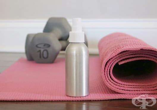 Почистете пътечката за йога със спрей от хамамелис, лавандула и чаено дърво - изображение
