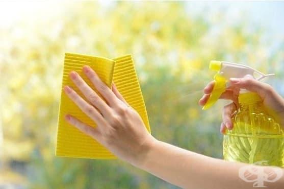 Направете си домашен спрей за почистване на стъкла от спирт, оцет и царевично нишесте - изображение