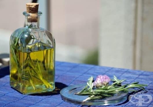 Правете гаргара от розмарин и бяло вино срещу подути сливици - изображение