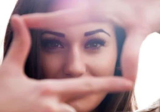 Правете лесно упражнение за стягане на кожата около очите - изображение