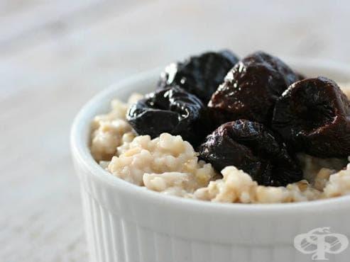 Пречистете организма си с кефирена закуска от сливи, овесени ядки, ленено семе и какао - изображение