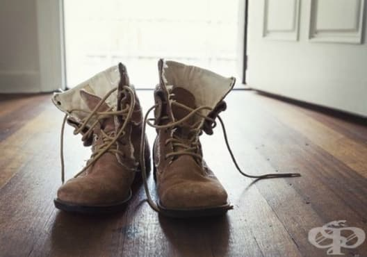 Премахнете солените петна по велурените обувки с бял оцет - изображение