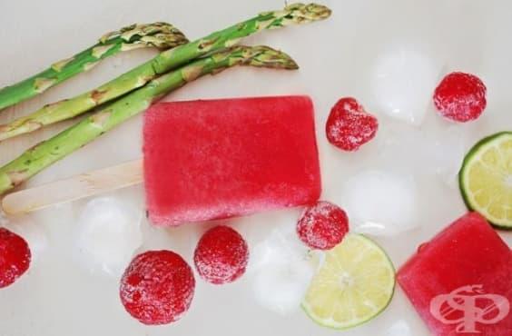 Преборете умората с ледено  смути от ягоди, аспержи и банан - изображение