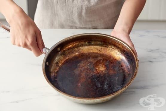Как лесно да почистим загорелия тиган - изображение