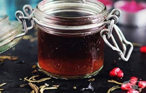Направете си освежаващ тоник за лице и шия от зелен чай и сок от нар - изображение