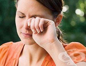 Търкайте клепача си със златен пръстен против ечемик на окото - изображение