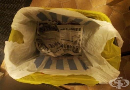 Абсорбирайте сока от хранителни отпадъци в кошчето за смет с вестник  - изображение
