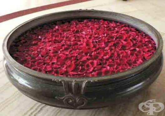 Заличете акнето по кожата с розова вода - изображение