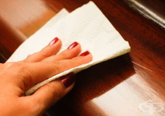 Заличете драскотините по дървените мебели с вазелин - изображение