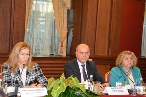 Бисер Петков и Николина Ангелкова представиха  възможностите за обучение в туристическия бранш - изображение