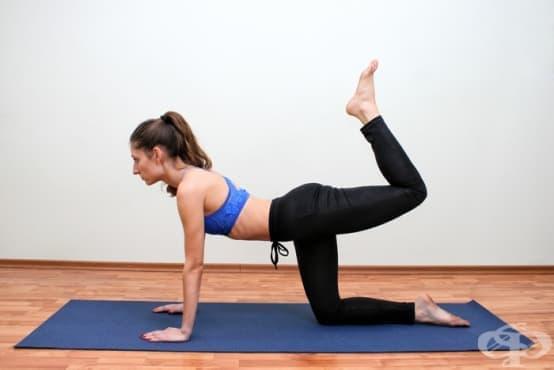 7 упражнения на пода, с които да стегнете бедрата и седалището у дома - изображение