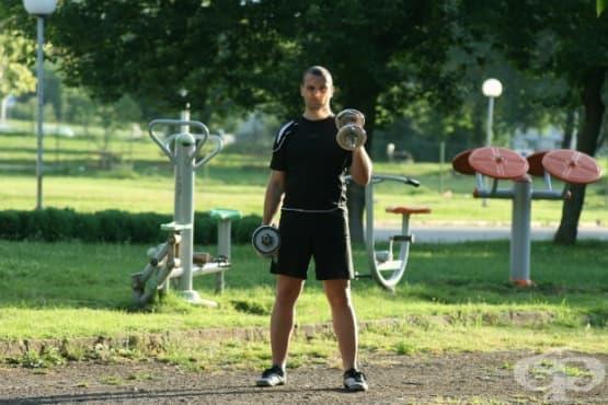 Тренировка у дома само с дъмбели - изображение