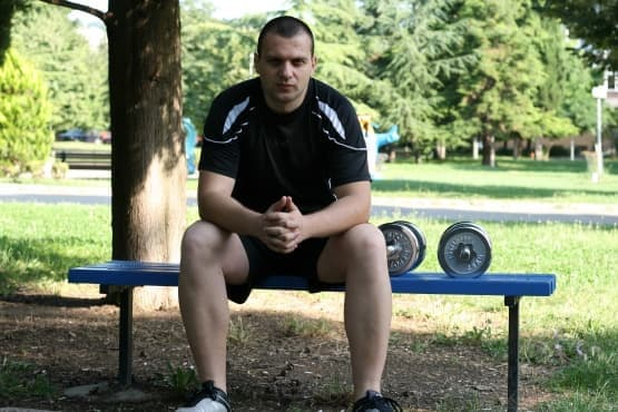 Домашна тренировка с дъмбели за мускулна маса в горна част на тялото - изображение