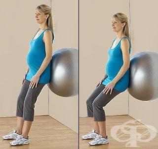 Упражнения за бременни: Клякане с използване на фитнес топка за опора - изображение