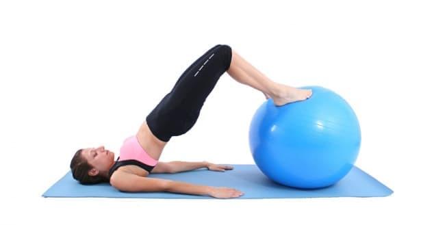 Лесни упражнения с фитнес топка за начинаещи, с които да тренирате вкъщи - изображение