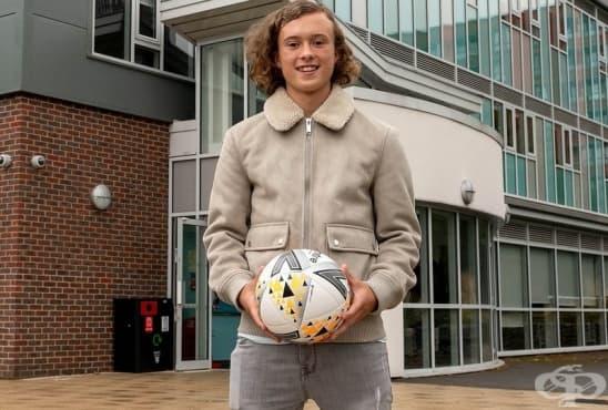 """Вчера вкара на Ман Юнайтед насред """"Олд Трафорд"""", а днес е на училище - изображение"""