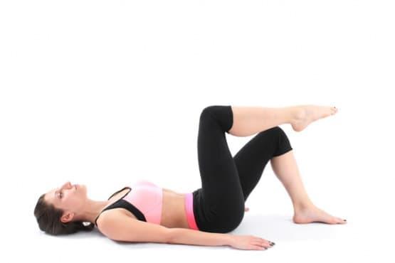 Пилатес упражнения - Повдигне на крак от лег - изображение