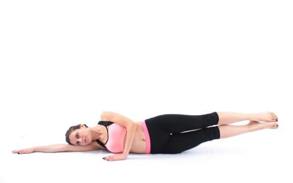 Пилатес упражнения - Странично повдигане на двата крака - изображение