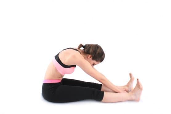 Пилатес упражнения - Навеждане на тялото напред от седеж (стречинг за гърба) - изображение