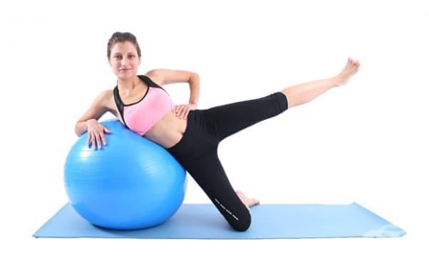 Тренировка с фитнес топка за бразилско дупе в домашни условия - изображение