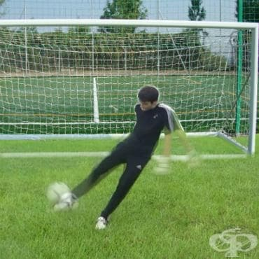 Красотата на футбола - удар от ждроп - изображение