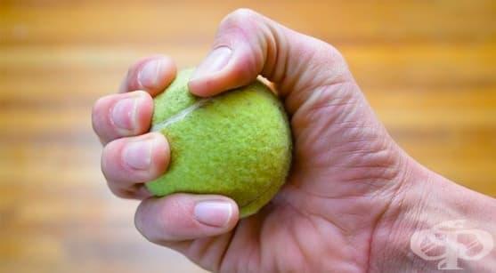 5 забавни упражнения с топка за тенис, с които да поддържате форма у дома  - изображение